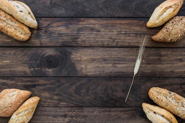 Bochenki chleba i gałąź pszenicy