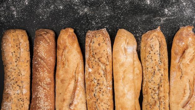 Bochenki chleba na czarnym tle