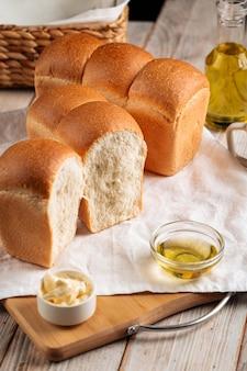 Bochenki świeżo upieczonego chleba pszennego w kształcie