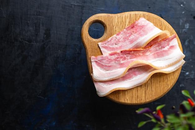 Boczek cienki plaster plasterek tłustego mięsa i smalcu zdrowy posiłek