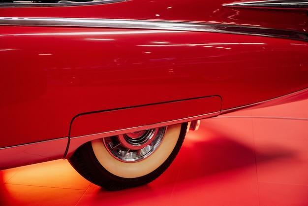 Boczna część czerwonego zabytkowego samochodu