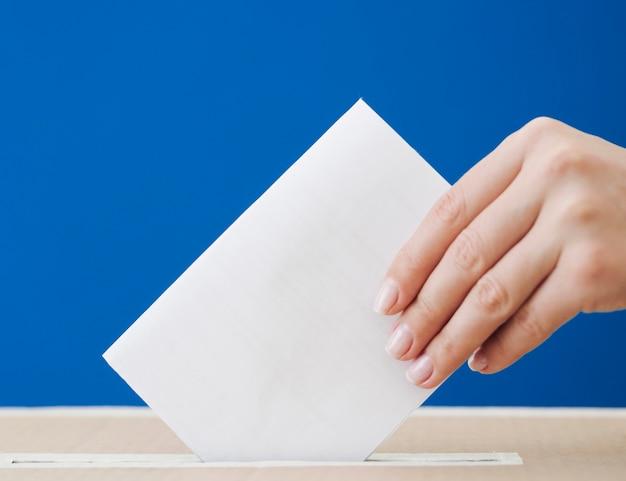 Boczna kobieta bierze udział w makiecie wyborczej