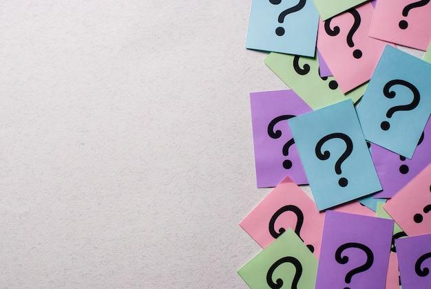 Boczna ramka kolorowych znaków zapytania