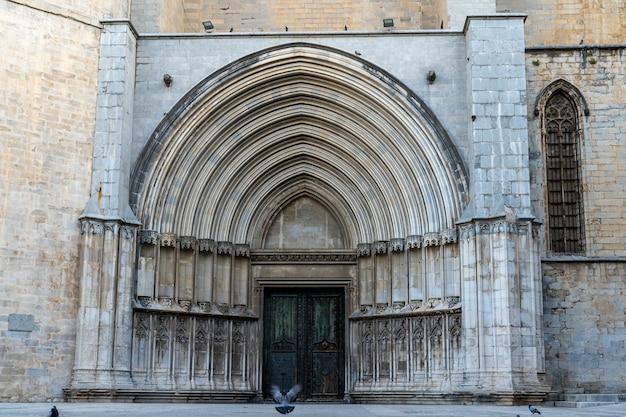 Boczne drzwi katedry w gironie.