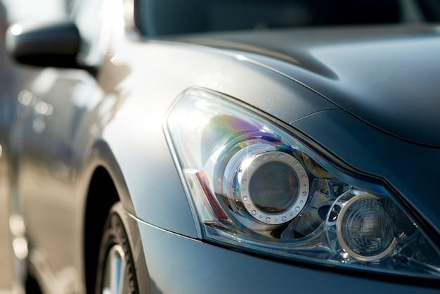 Boczne lusterko wsteczne nowoczesnego samochodu