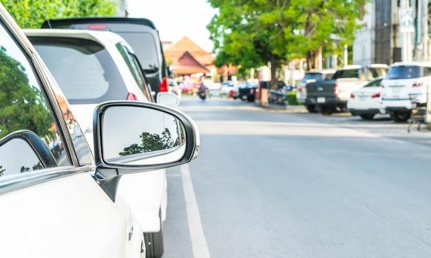 Boczne lusterko wsteczne w nowoczesnym samochodzie