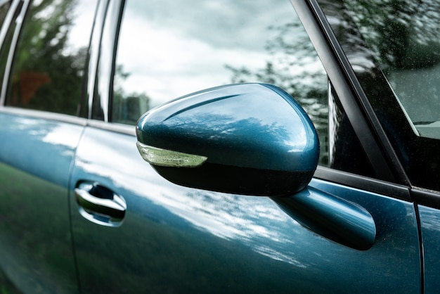 Boczne lusterko wsteczne w nowoczesnym samochodzie.