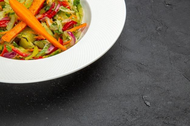 Boczne zbliżenie sałatka z warzyw sałatka w talerzu