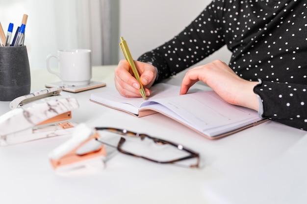 Bocznego widoku biznesowa kobieta bierze notatki