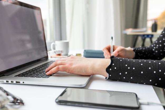 Bocznego widoku biznesowa kobieta pracuje na laptopie