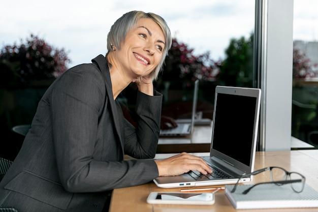 Bocznego widoku biznesowej kobiety działanie