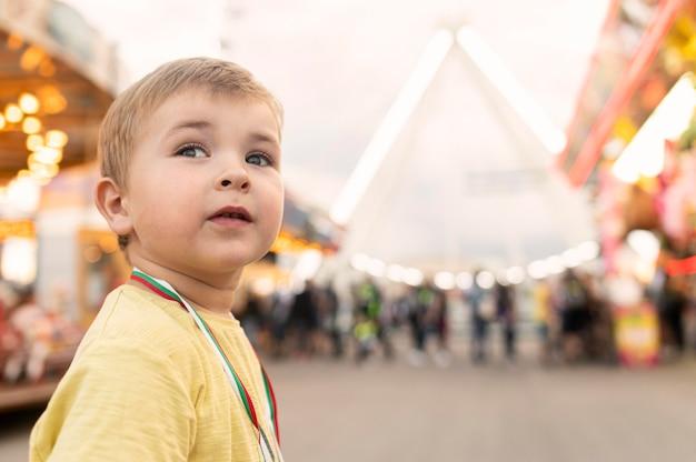 Bocznego widoku chłopiec w parku rozrywki