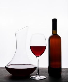 Bocznego widoku czerwone wino z szkłem na białym vertical