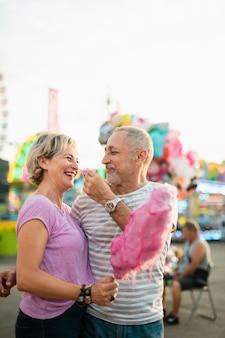 Bocznego widoku kobieta je różowego bawełnianego cukierek