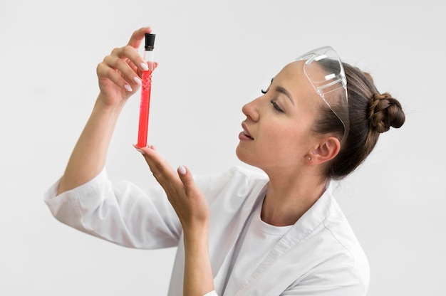 Bocznego widoku kobieta z nauki tubką