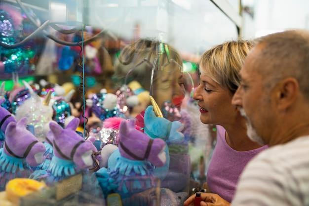Bocznego widoku ludzie patrzeje zabawki