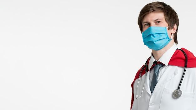 Bocznego widoku mężczyzna jest ubranym medyczną maskę