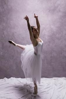 Bocznego widoku młoda baleriny spełnianie