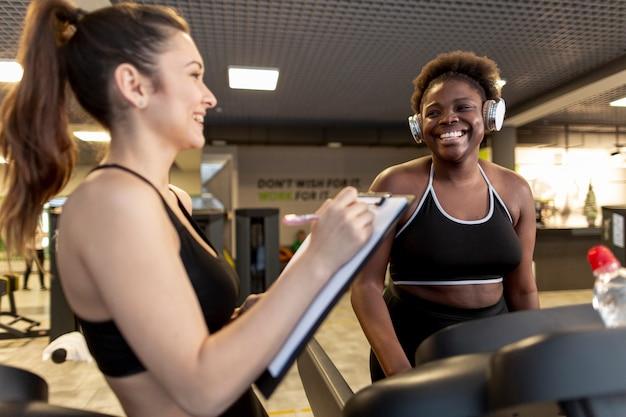 Bocznego widoku młode kobiety przy gym