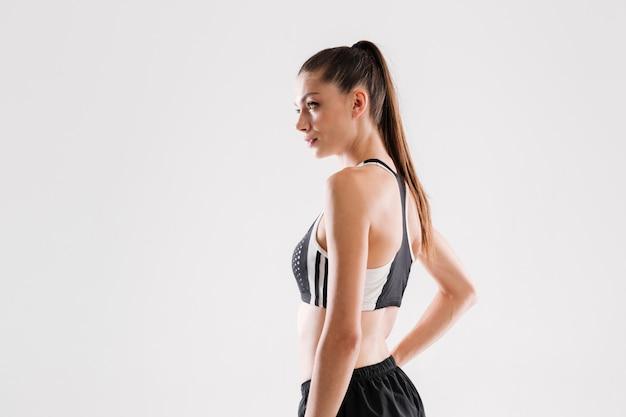 Bocznego widoku portret ładna sprawności fizycznej kobieta w odzieży sportowej