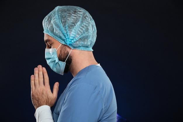 Bocznego widoku portret młody męski chirurg