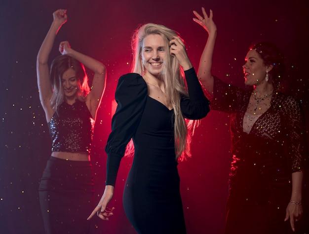 Bocznego widoku smiley kobiety taniec