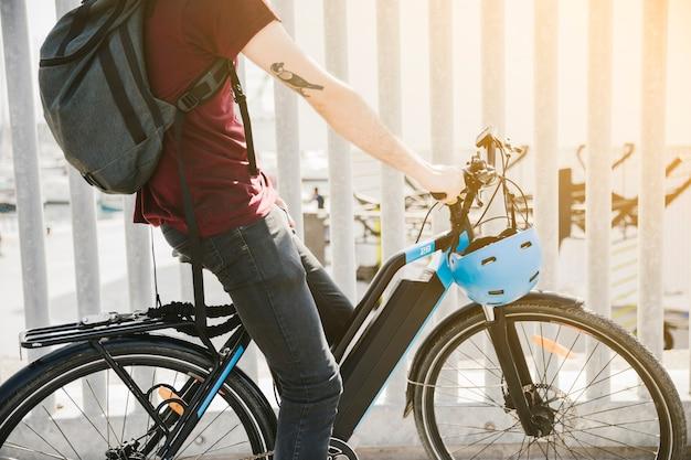Boczny rowerzysta średnio strzałowy jeżdżący na e-rowerze
