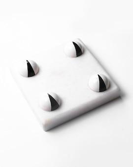 Boczny widok biali czekoladowi halloween cukierki biały