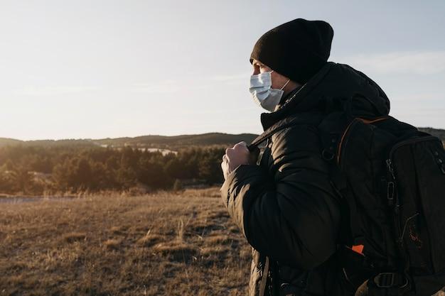 Boczny widok człowieka noszącego maskę medyczną