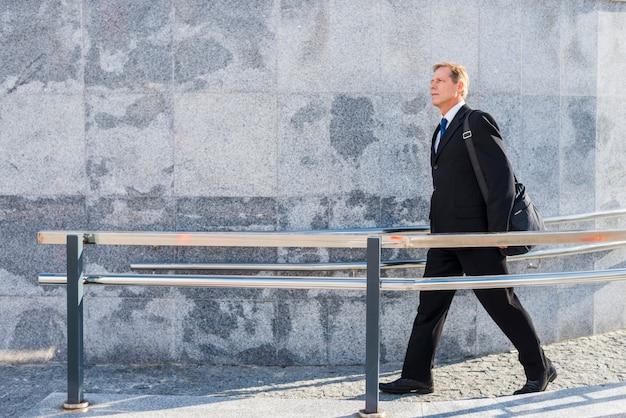 Boczny widok dojrzały mężczyzna chodzi blisko ostro protestować