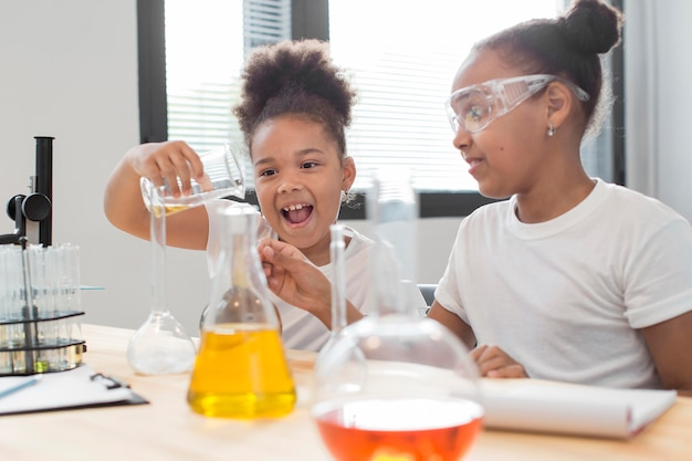 Boczny widok dziewczyna naukowiec z tubkami w domu
