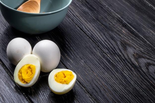 Boczny widok gotowani jajka na drewnianym wieśniaku
