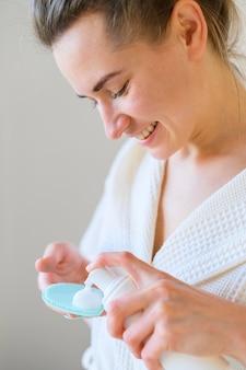 Boczny widok kobieta używa płukankę