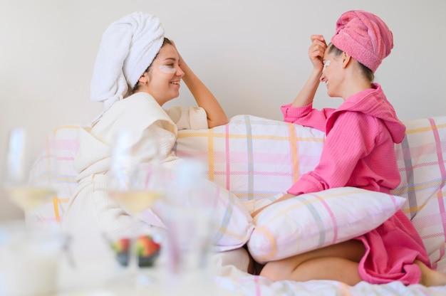 Boczny widok kobiety cieszy się zdroju dzień w domu