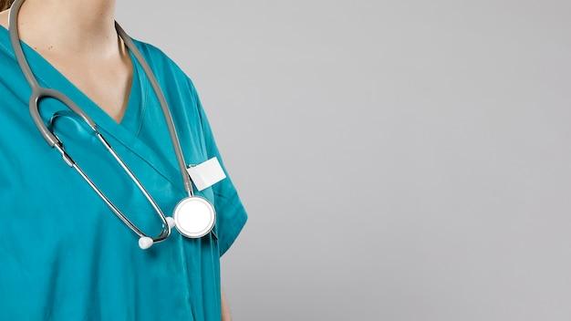 Boczny widok kobiety lekarka z stetoskopem