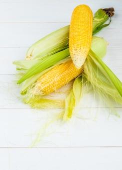 Boczny widok kukurydzany cob na drewnianej powierzchni z kopii przestrzenią