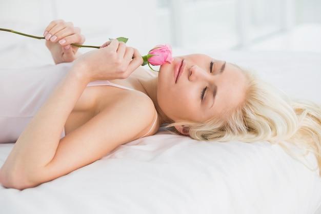 Boczny widok ładna kobieta w łóżku z wzrastał