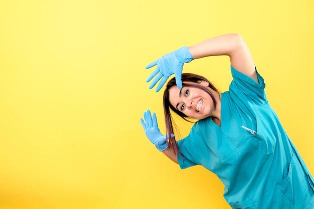 Boczny widok lekarza mówi o noszeniu rękawiczek medycznych podczas pandemii koronawirusa