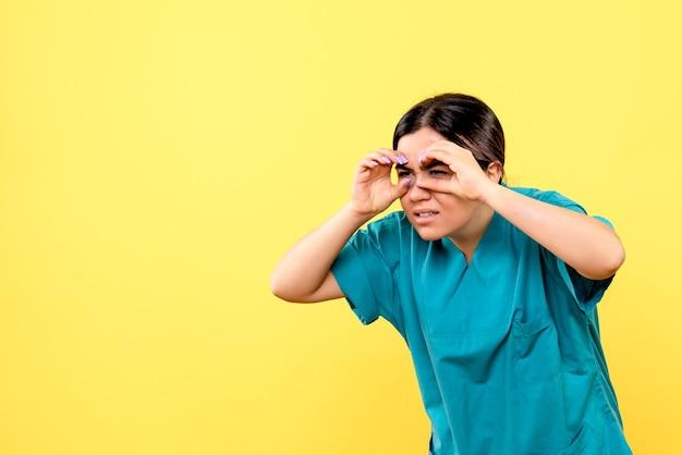 Boczny widok lekarza wie, jak leczyć pacjentów z poważnymi chorobami