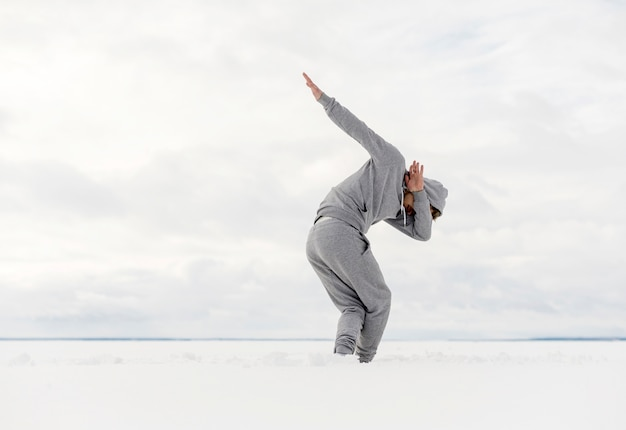 Boczny widok męskiego tancerza dancingowy outside z kopii przestrzenią