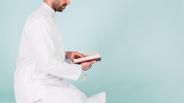Boczny widok mężczyzna czytanie w korku