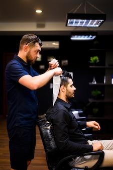 Boczny widok mężczyzna dostaje nową fryzurę