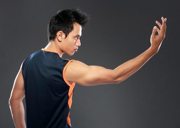 Boczny widok młody człowiek ćwiczy joga