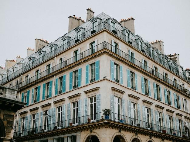 Boczny widok paryski budynek mieszkalny