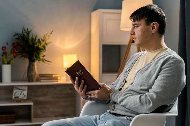 Boczny widok pobożnego człowieka czytającego z biblii