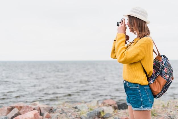 Boczny widok podróżnika bierze fotografię