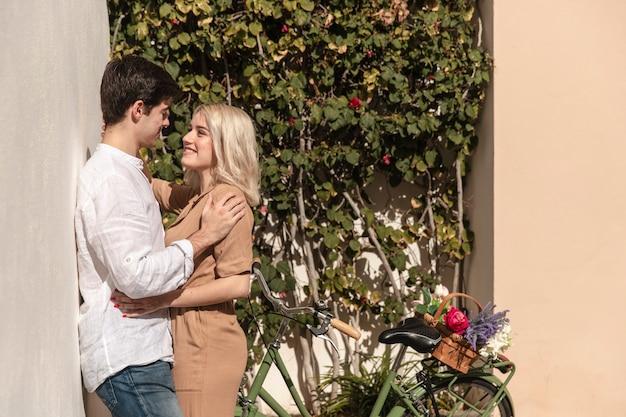 Boczny widok pozuje szczęśliwa para podczas gdy na spacerze