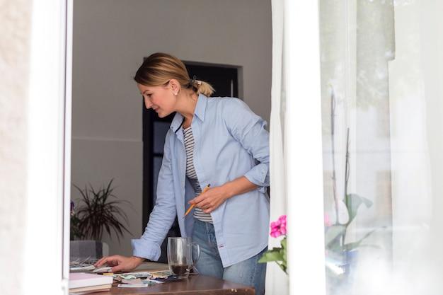 Boczny widok pracuje na biurku kobieta