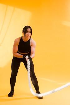 Boczny widok sportowa kobiety mienia arkana