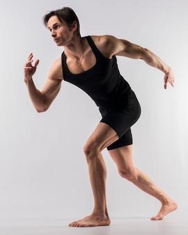 Boczny widok sportowy mężczyzna w bodysuit pozować